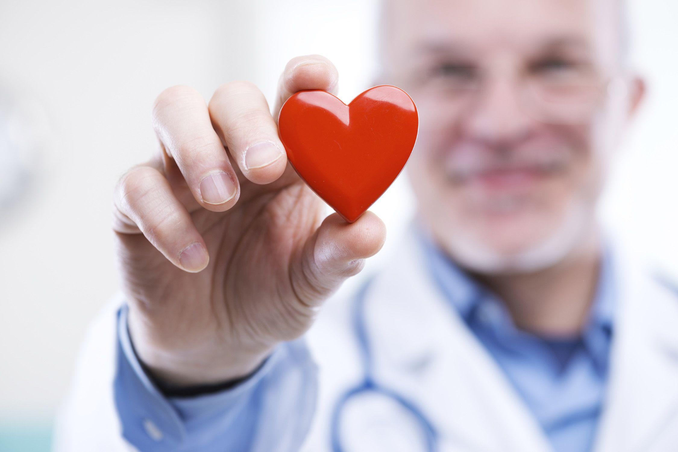 elinde-kalp-olan-doktor