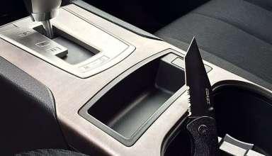 araçta şoförün yakınında duran bıçak