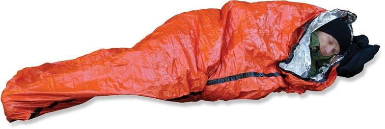 Vücut sıcaklığını korumak için termal battaniyeye sarmalanmış kişi.